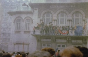 Oameni in Piata Unirii, pe 22 decembrie, dupa fuga lui Ceausescu